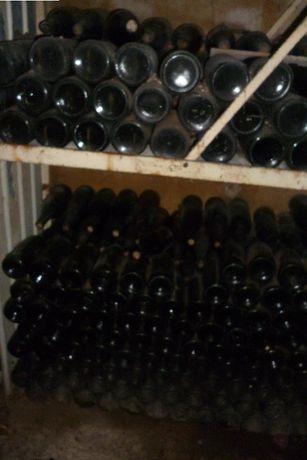 Garrafas de vidro com vinho velho