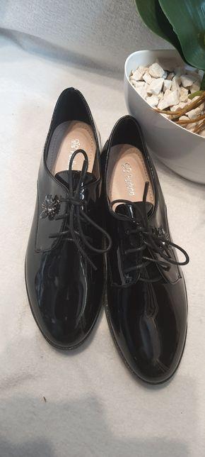 Lakierowane sznurowane buty