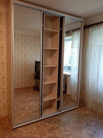 Неглубокий фабричный шкаф купе. 3 зеркала. Венге светлый. В наличии