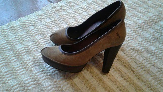 Sapato nobuk com plataforma em pele