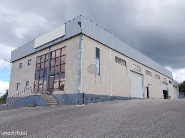 Pavilhão industrial com 660 m2 em 1.860 m2 de terreno a 10 km de Santa