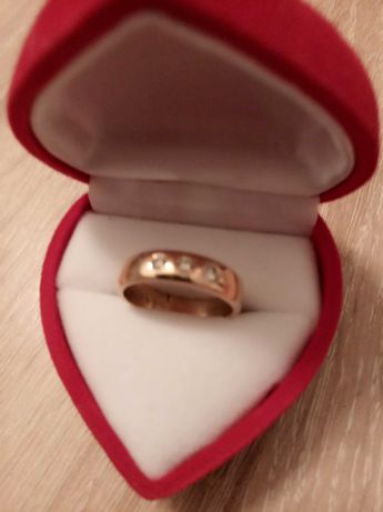 Золотое обручальное кольцо с тремя бриллиантами (б/у)
