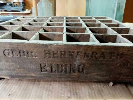 "Stara przedwojenna skrzynka na butelki  ""Gebruder Herkenrath Elbing"""