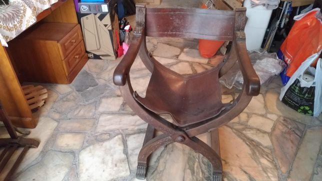 Cadeira em madeira e pele dobrável
