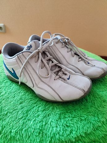 Nike, кроссовки,оригинал,кожа,стелька 23.5,отдых,двор,природа,дёшево!
