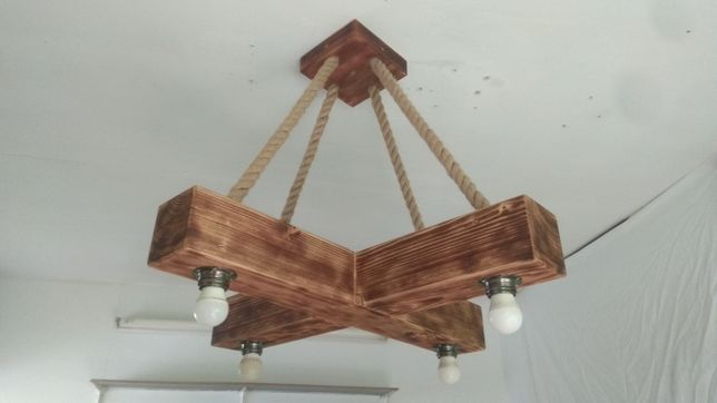 Drewniana lampa wisząca z belki