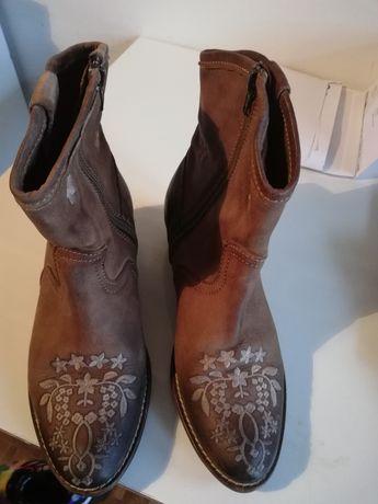 Botas de pele bordadas