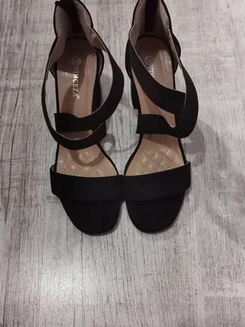 Nowe czarne buty na słupku