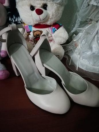 Туфли, босоніжки