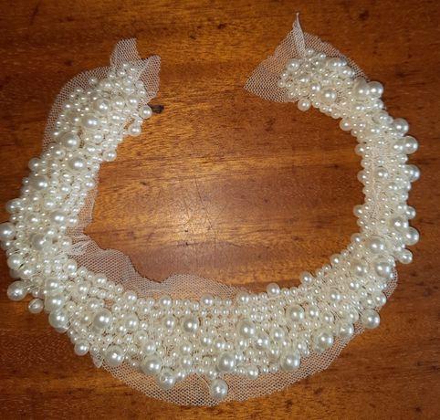 Setki perełek zebrane w jednym miejscu do naszycia na suknię, bluzkę