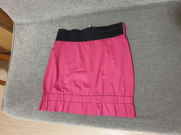 Różowa spódnica z ozdobnym zamkiem