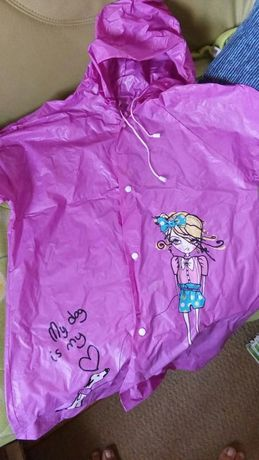 Płaszcz przeciwdeszczowy nowy i Wanienka oraz nocnik Barbie