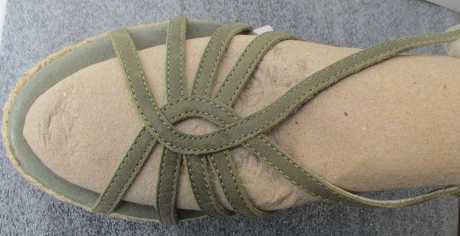 Sandálias de pele natural, em cunha, novas, por estrear