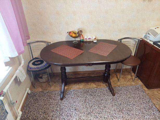 Овальный кухонный стол.