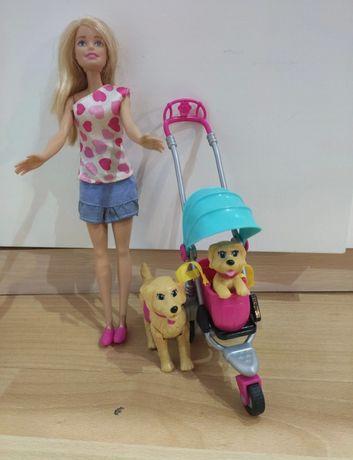 Lalka Barbie na spacerze z pieskami