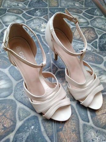 Sandały sandałki na obcasie 41 beżowe