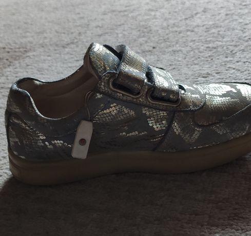 Продам кожаные кросовки для девочки