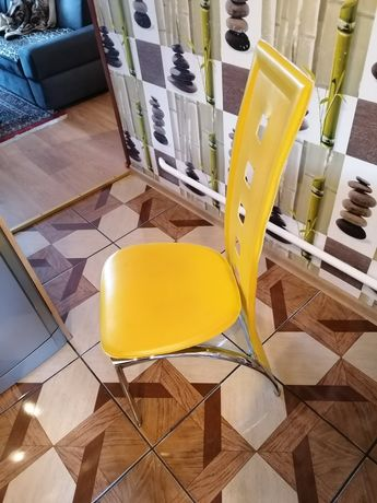 4 krzesła kuchenne używane kolor żółty oparcie i siedzenie eko skóra p