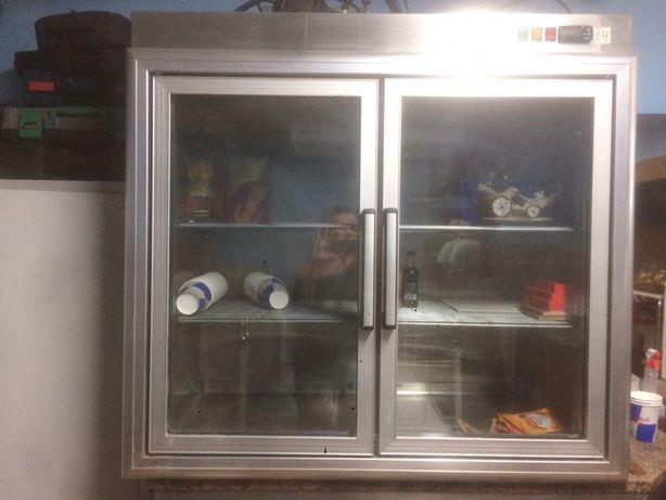 Vitrine com refrigeração em inox.