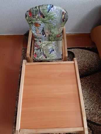 Деревянный столик для кормления и занятий