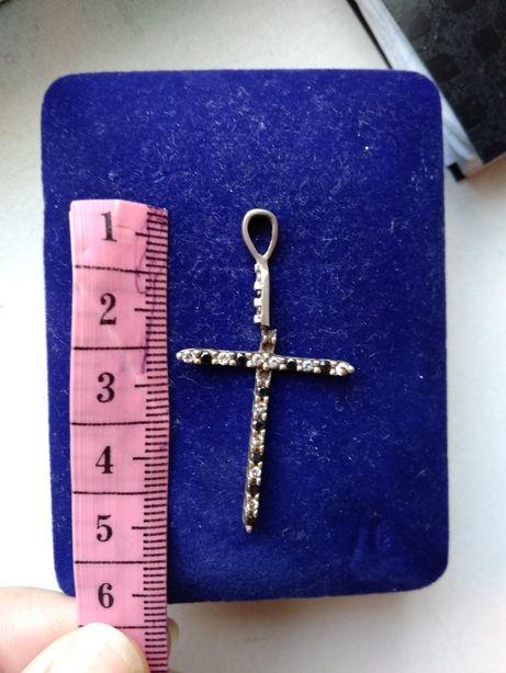 Срібний хрестик з камінцями.