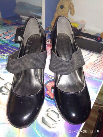 Віддам даром туфлі на підборах