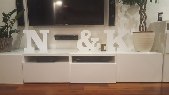 Białe litery N, K oraz znaczek &