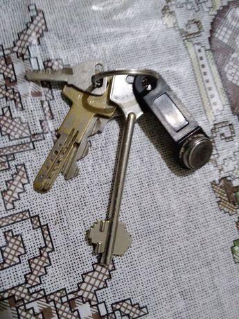 Знаїдени 5ть ключей на Черкаському пляжі біля берега на митнеці