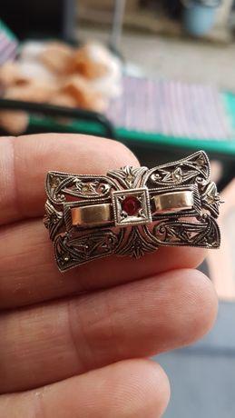Anéis ouro e prata contrastados.