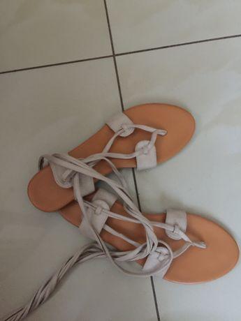 sandalki wiazane dookola kostki