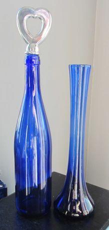wazon i butelka z niebieskiego szkła
