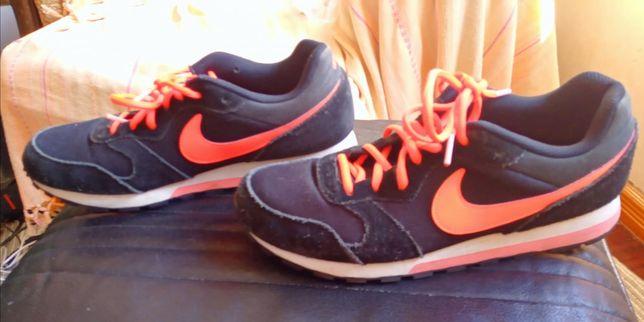 Nike Preto e Laranja Tamanho 43 pequeno