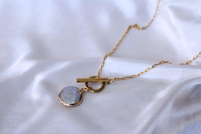 Nowy złoty naszyjnik z naturalną perłą słodkowodną i zapięciem toggle