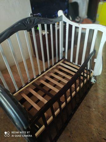 Детская кроватка с маятником и комодом для постельного белья