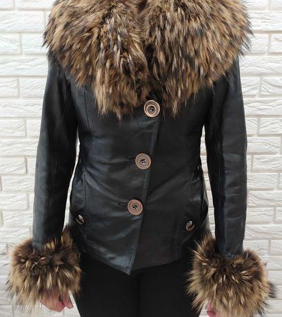 Куртка кожаная с мехом енота в отличном состоянии