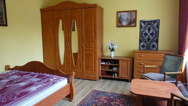 Meble łóżko wyposażenie pokoju
