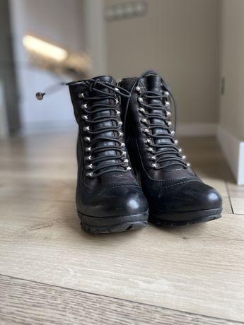 Кожанные черные ботинки на каблуке