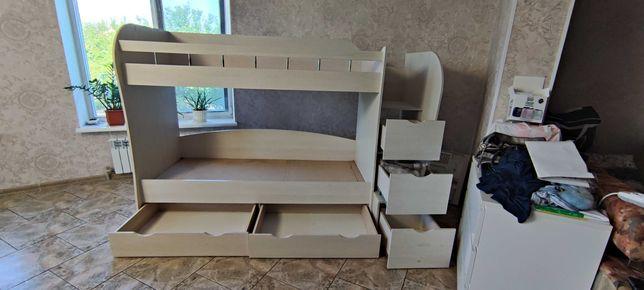 Двухъярусная кровать с ящиками и ступенями.