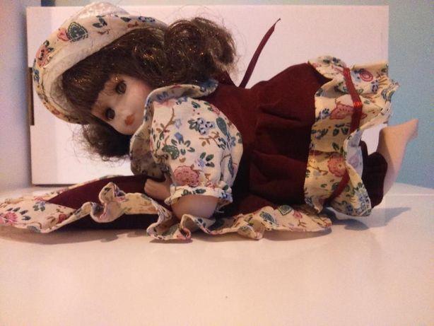 Lalka porcelanowa leżąca na poduszce 17 cm