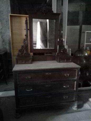 Cómoda de madeira antiga, com tampo em mármore, espelho e gavetas