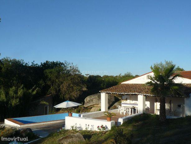 Moradia típica alentejana, 3 casas, 12.000m2 terreno, licença turismo