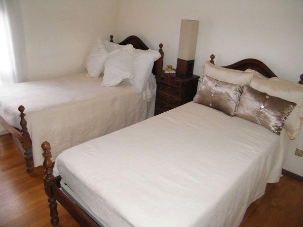 Duas camas de solteiro.
