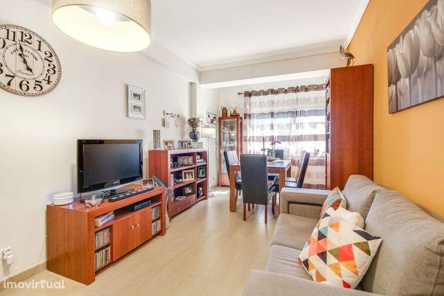 Apartamento T2, com 87m2, situado na Quinta do Mendes, em Odivelas.