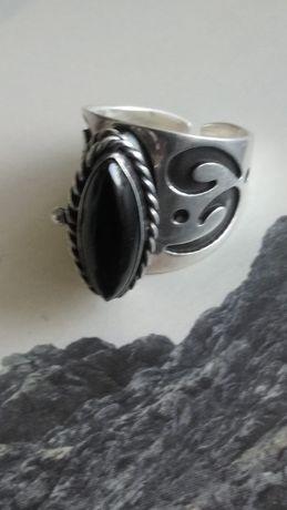 Stary srebrny pierscionek z oneksem ze schowkiem