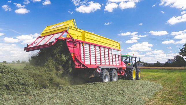 Zbiór traw i odwóz kukurydzy przyczepą samozbierająca