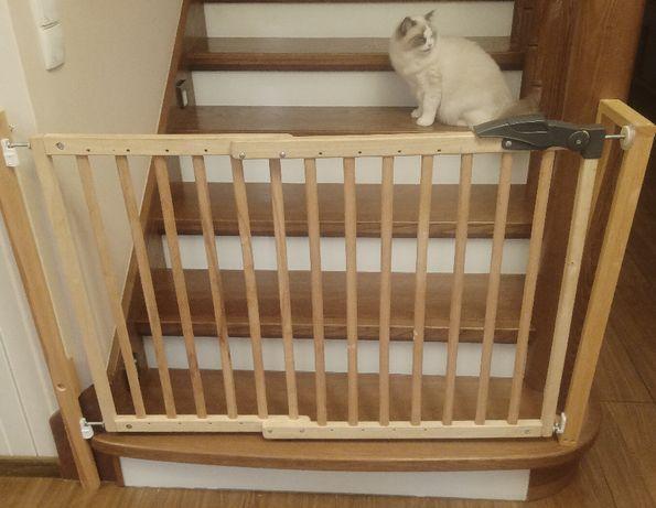 Bramka zabezpieczjąca dla dziecka na schody.