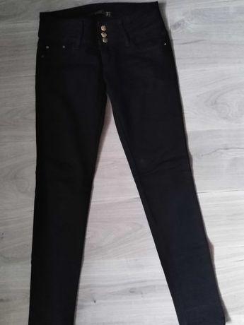 Czarne spodnie jeansy ze złotymi elementami