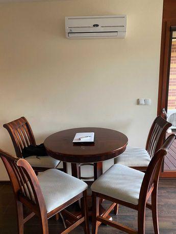 Drewniany stół barowy z krzesłami rodem z brytyjskiego pubu
