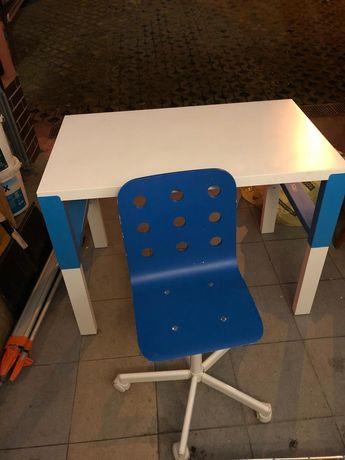 Biało - niebieskie biurko dziecięce z krzesłem obrotowym