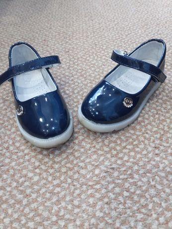 Туфельки для девочки! В идеале , подошва при ходьбе светится !